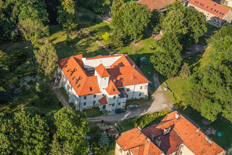 Вид с воздуха дворца в деревне Piotrowice Nyskie стоковое изображение