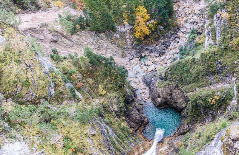 Вид с воздуха водопада в ущелье стоковая фотография rf