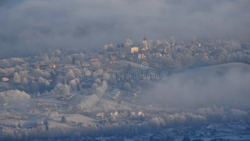 Вид с воздуха горного села в зиме стоковое изображение rf