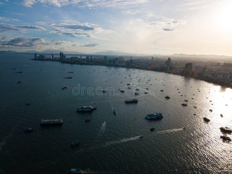 Вид с воздуха города и моря Паттайя с восходом солнца утра стоковое фото
