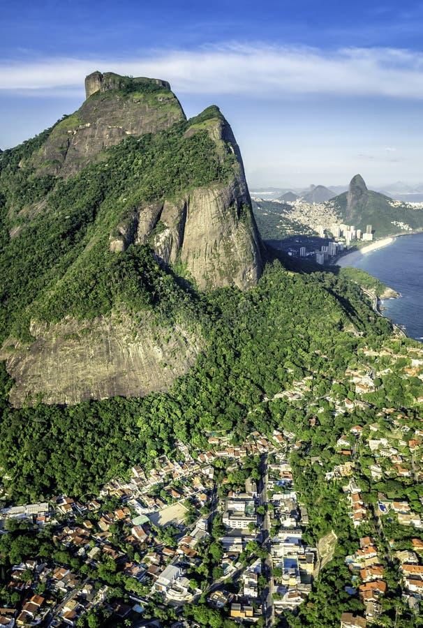 Вид с воздуха горы Pedra da Gavea Рио-де-Жанейро стоковое изображение