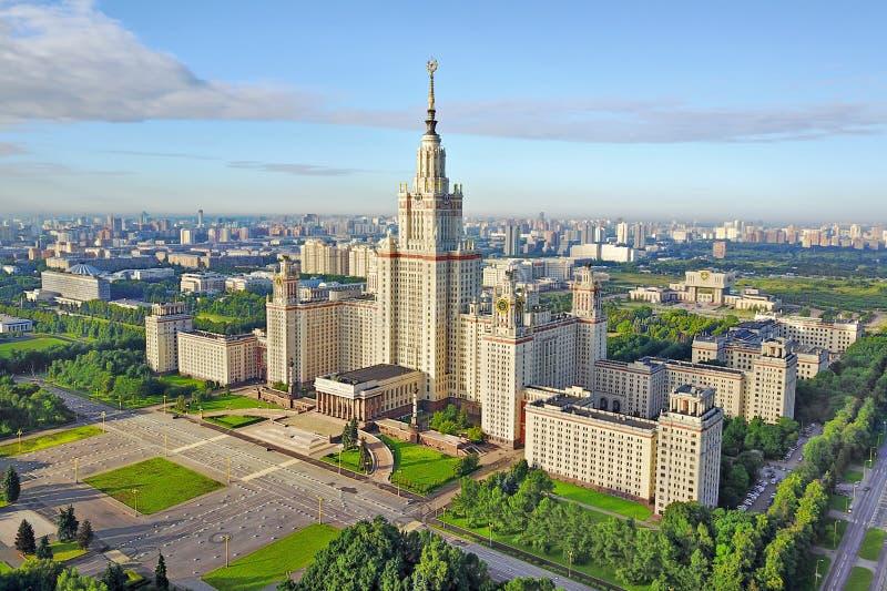 Вид с воздуха государственного университета Москвы стоковые фотографии rf