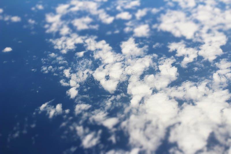 Вид с воздуха голубого неба и взгляд верхней границы облаков от окна самолета стоковое изображение