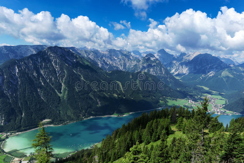 Вид с воздуха голубого озера горы между заросшими лесом скалистыми горами Achensee, Австрия, Тироль стоковые фотографии rf