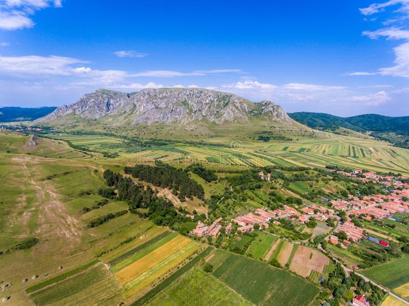 Вид с воздуха деревни Costesti в withh Rimetea Apuseni Румынии стоковая фотография rf