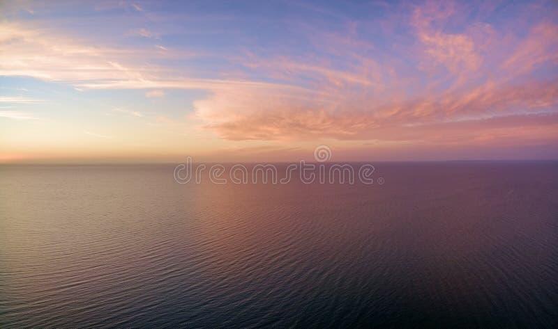 Вид с воздуха захода солнца над океаном Только небо, облака и wa стоковые фото