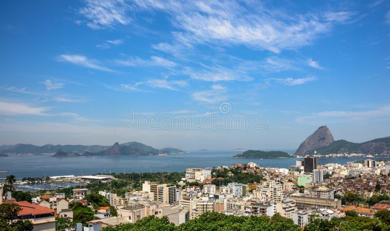 Вид с воздуха залива Guanabara и Sugarloaf Рио-де-Жанейро, Бразилии стоковые фотографии rf