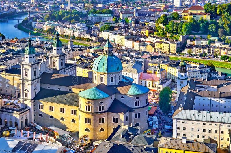 Вид с воздуха исторического города Зальцбурга в красивом evenin стоковое изображение rf
