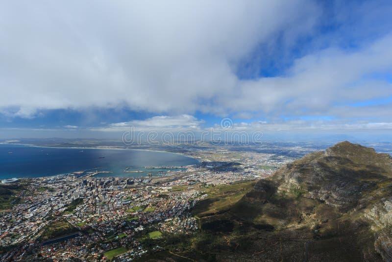 Вид с воздуха Кейптауна от горы таблицы стоковые изображения