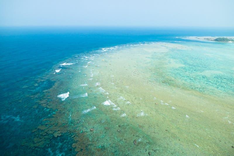 Вид с воздуха кораллового рифа с ясной голубой тропической водой стоковые фотографии rf