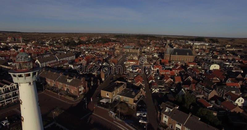 Вид с воздуха маяка и городского пейзажа на заходе солнца в Нидерландах акции видеоматериалы