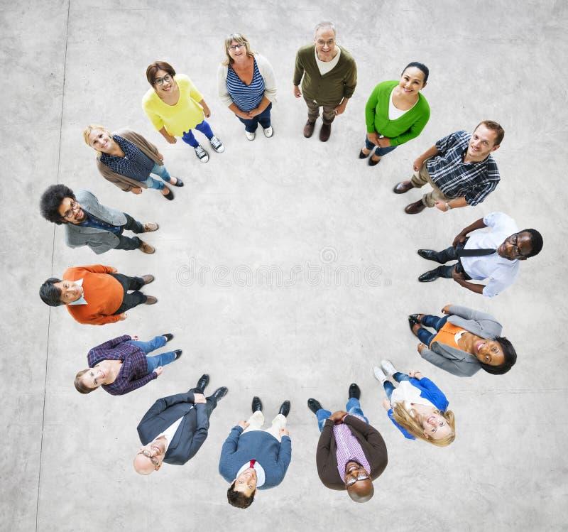 Вид с воздуха многонациональных людей формируя круг стоковая фотография rf