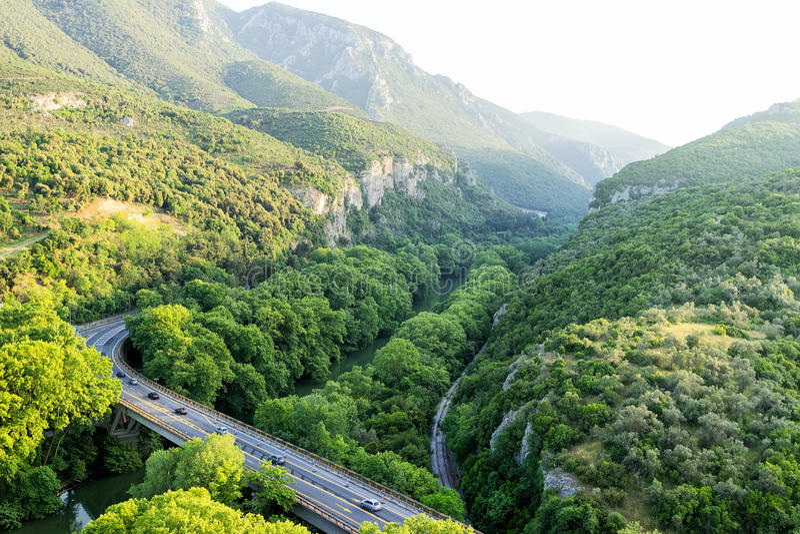 Вид с воздуха моста и дороги над рекой Pinios внутри стоковые изображения rf