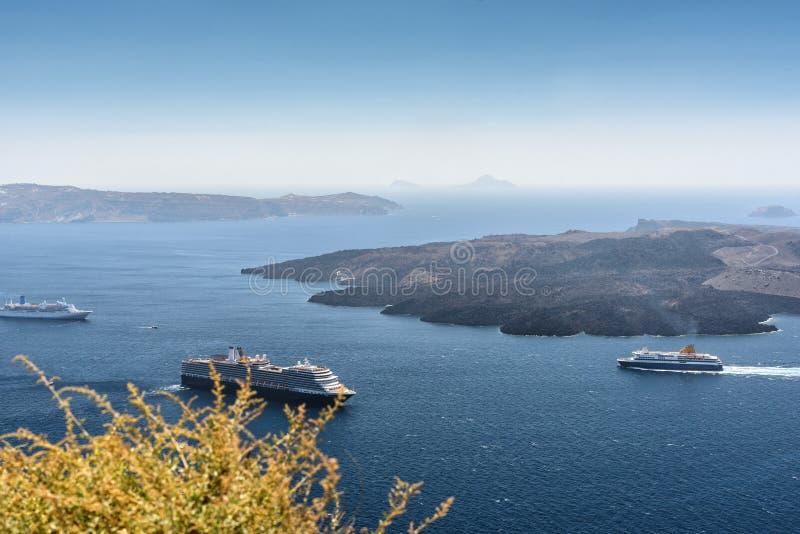 Вид с воздуха на лагуне острова Santorini с островом вулкана и туристических суден вокруг ее стоковое изображение