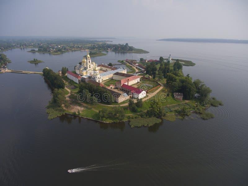 Вид с воздуха на монастыре Nilo-Stolobensky на озере Seliger стоковые фотографии rf