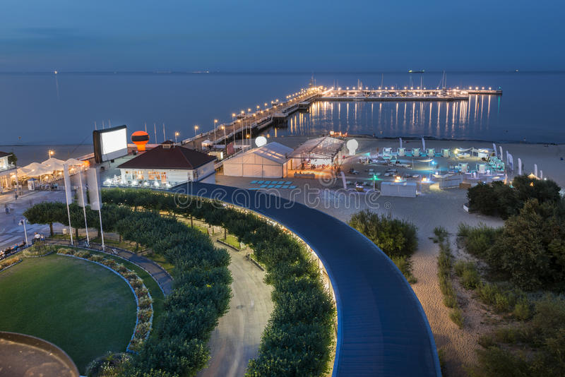 Вид с воздуха ночи пристани в Sopot на Балтийском море стоковая фотография