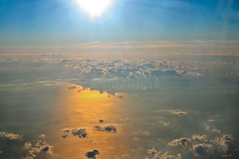 Вид с воздуха облаков и океана стоковое изображение