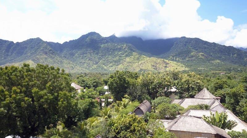 Вид с воздуха от трутня, к северу от Бали - Pemuteran, джунглей и гор стоковые фото