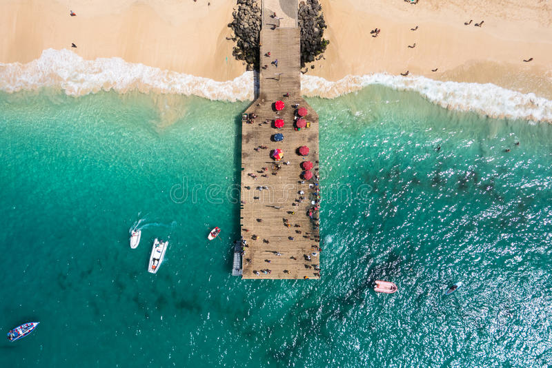 Вид с воздуха понтона пляжа Santa Maria в накидке Verd острова соли стоковые фото
