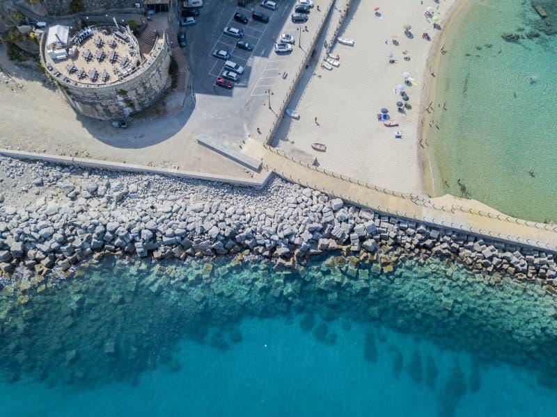 Вид с воздуха пристани с утесами и утесами на море Пристань Pizzo Calabro, панорамного взгляда сверху Калабрия, Италия стоковые фотографии rf