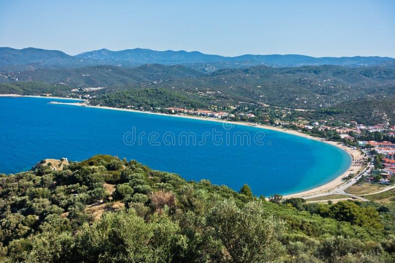 Вид с воздуха пляжа и среднеземноморского побережья в Sithonia стоковое фото