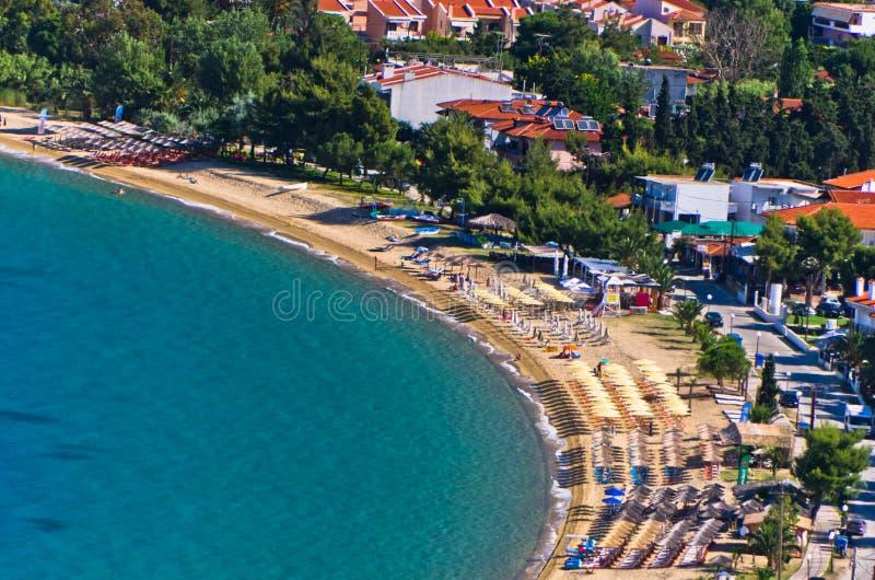 Вид с воздуха пляжа на малой греческой деревне Toroni в Sithonia стоковое изображение rf