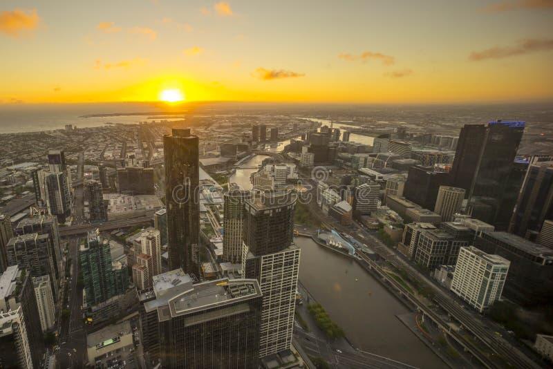 Вид с воздуха драматического захода солнца на горизонте города Мельбурна стоковое фото rf