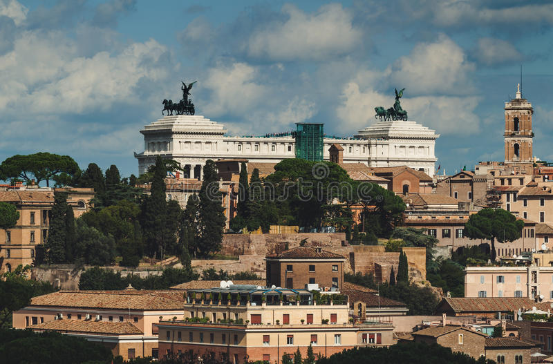 Вид с воздуха Рима и памятника Vittorio Emanuele II (отечество алтара) стоковая фотография rf