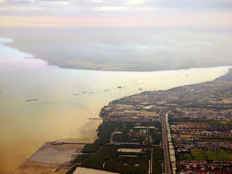 Вид с воздуха рта Chao Рекы Phraya в вечере стоковые изображения rf