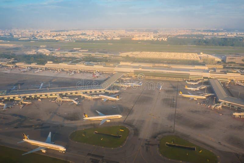 Вид с воздуха самолетов на international авиапорта Сингапура Changi стоковые изображения