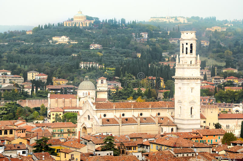 Вид с воздуха собора Вероны di Duomo стоковые изображения rf