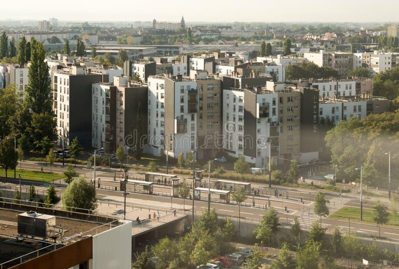 Вид с воздуха станции трамвайной линии с регулярными пассажирами пригородных поездов стоковые изображения rf