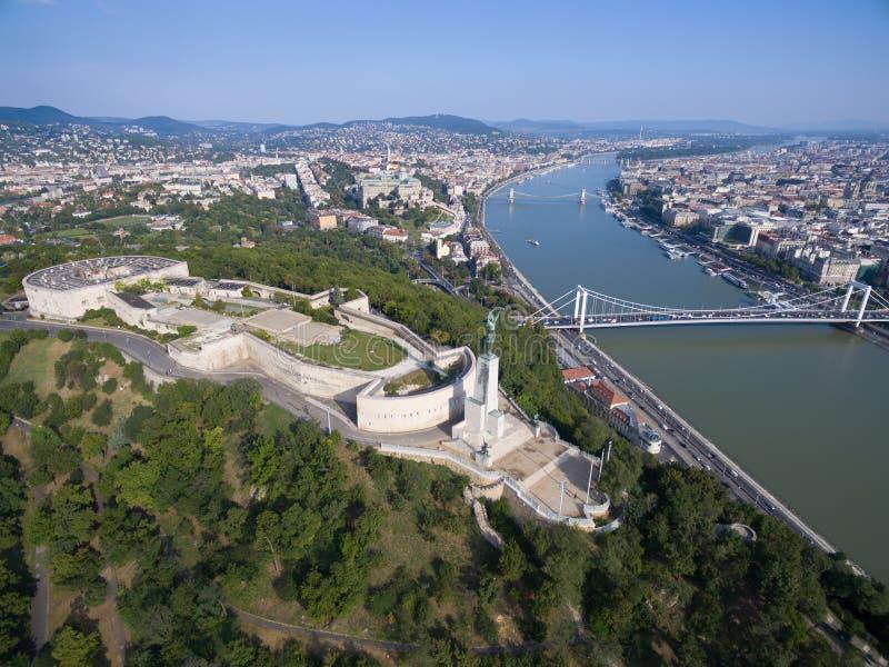Вид с воздуха статуи свободы на холме Gellert в Будапеште стоковые фотографии rf