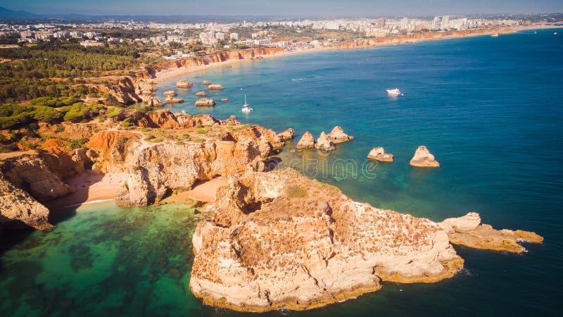 Вид с воздуха сценарного пляжа Ponta Joao de Arens в Portimao, Алгарве, Португалии стоковое изображение rf