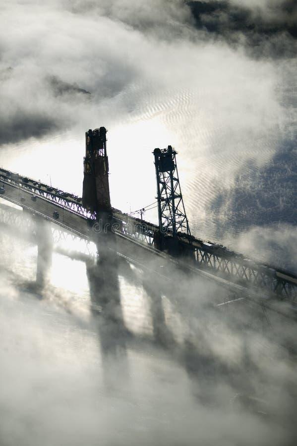 Вид с воздуха тумана над утюгом ванны работает и Kennebec река в Мейне Работы утюга ванны руководитель в дизайне поверхностного в стоковые изображения