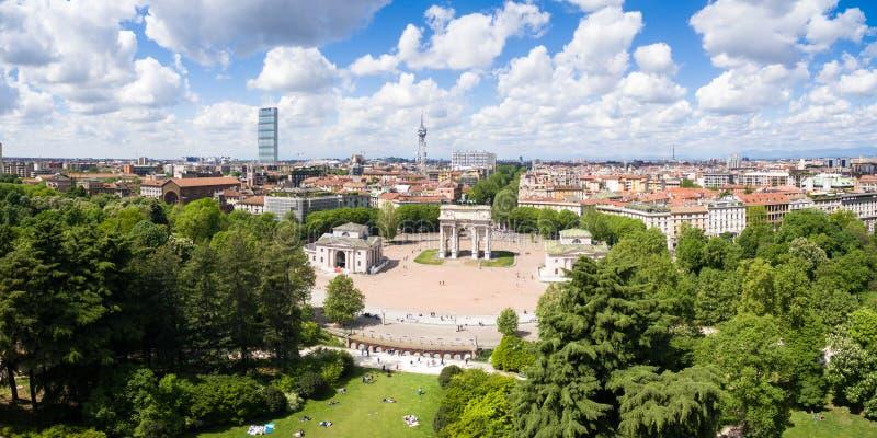 Вид с воздуха дуги триумфа - побежка Arco Della в равенстве Sempione стоковое изображение