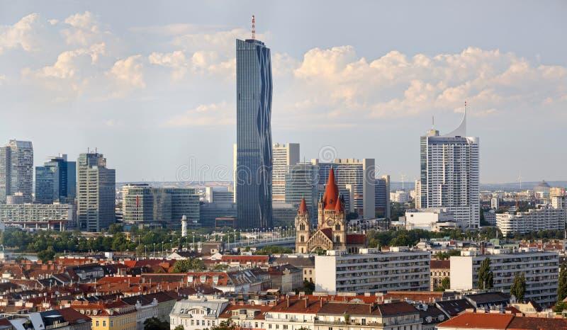 Вид с воздуха через старую к новым районам вены, Австрии стоковое фото rf