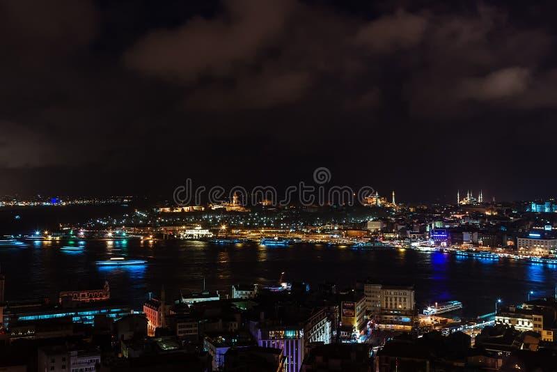 Вид с воздуха Bosphorus от башни Galata на ноче стоковое изображение rf