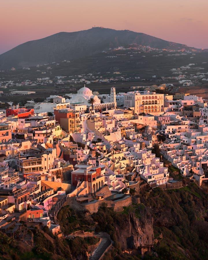 Вид с воздуха Fira в вечере, Santorini, Греции стоковое изображение