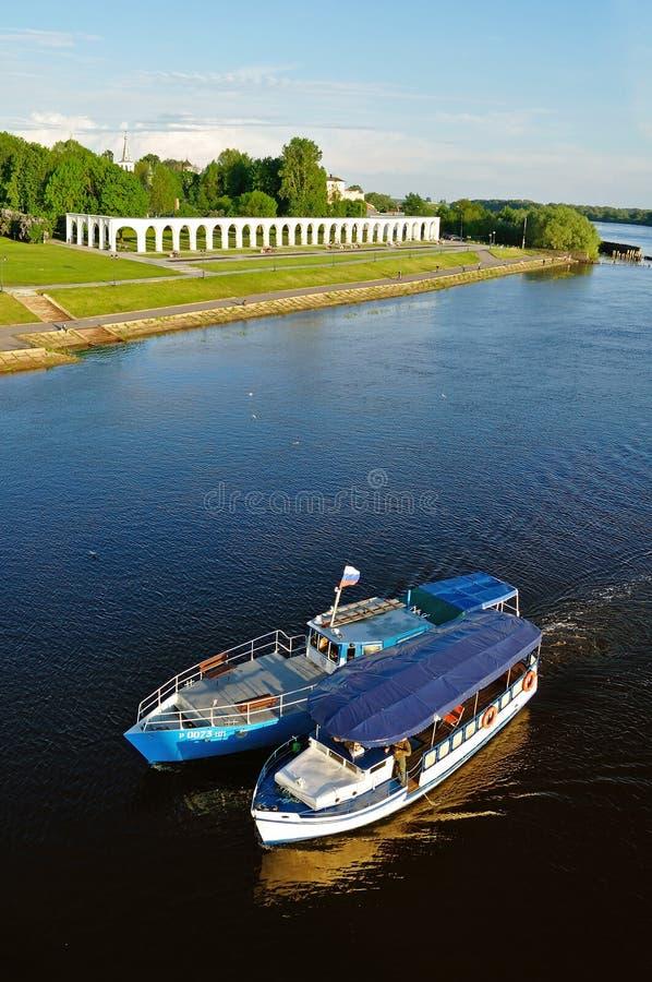 Вид с птичьего полета двора и парусников Yaroslav плавая на реку Volkhov в Veliky Новгороде, России стоковая фотография