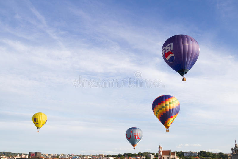 Вильнюс, Литва - 16-ое июля 2016: Горячие воздушные шары летая над старым городом Вильнюсом, Литвой стоковые изображения