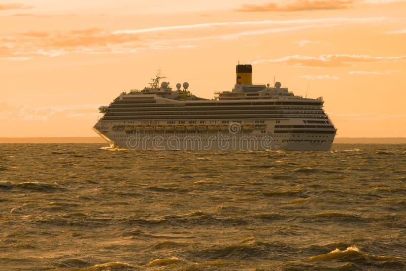 Вкладыш круиза ` Magica Косты ` идет к Gulf of Finland в вечере лета стоковое фото rf