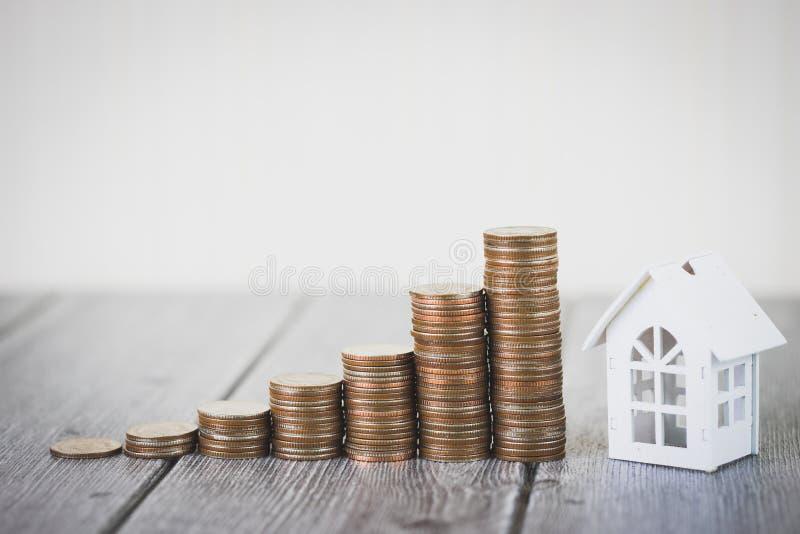 Вклад и дом свойства закладывают финансовую концепцию, дом защищают, страхование С космосом экземпляра для вашего текста стоковые изображения rf
