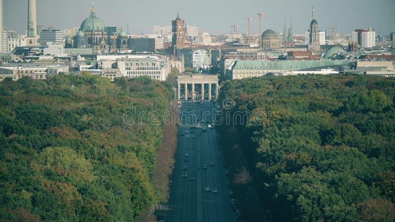 Включать снятый телеобъективом больше всего посетил ориентиры Берлина: Dom Бранденбургских ворот, берлинца и башня ТВ Германия стоковая фотография rf