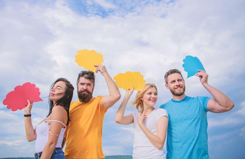 Включать эффективное сообщение Удовольствие связи группы Сообщение происходит через воздушные шары речи r стоковое фото rf