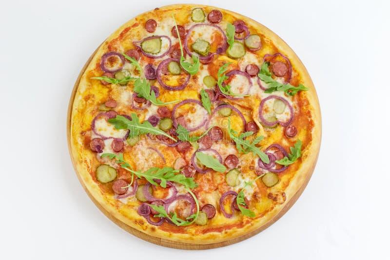 Вкусная аппетитная пицца изолированная на белой предпосылке стоковое фото
