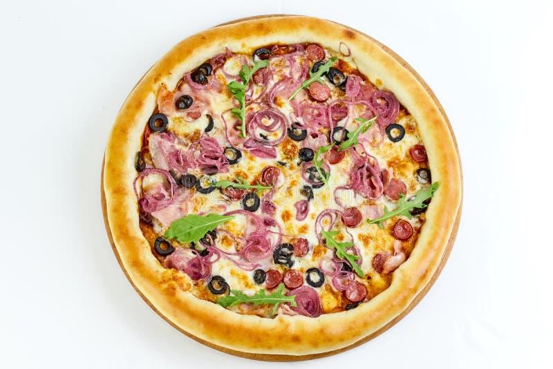 Вкусная аппетитная пицца изолированная на белой предпосылке стоковые фото