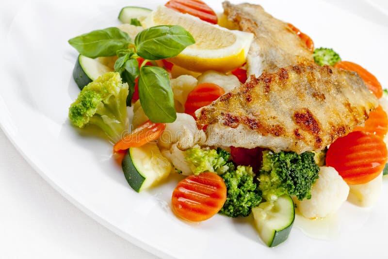 Вкусная еда. Зажженные рыбы и овощи. Высокомарочное изображение стоковая фотография rf