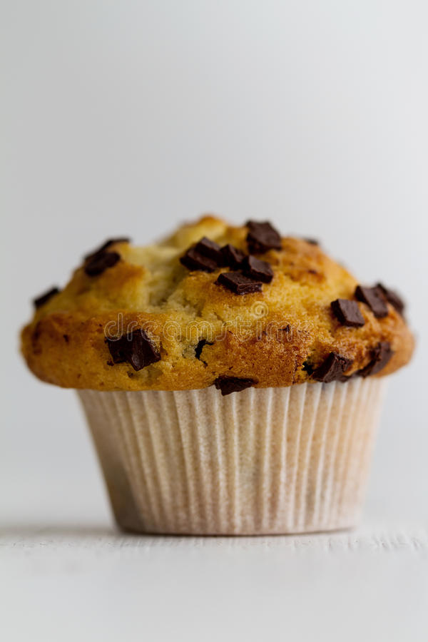 Вкусная домодельная ванильная булочка с ломтями шоколада на ярком wh стоковые изображения