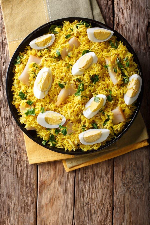 Вкусное домодельное Kedgeree с рыбами, вареными яйцами, концом-u cilantro стоковые фотографии rf